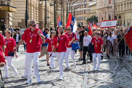 PRAGUE, CZECH REPUBLIC - JULY 1, 2018: Visitors from USA parading at Sokolsky Slet, a once-every-six-years gathering of the Sokol movement - a Czech sports association 新聞圖片