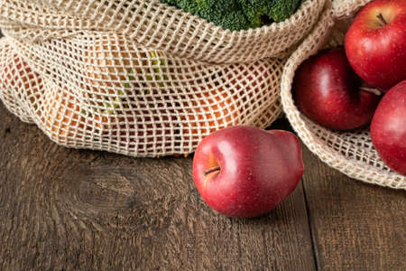 Fresh apples in an ecological reusable mesh bag made of organic cotton Reklamní fotografie