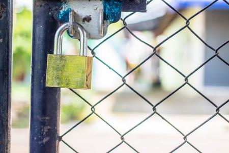 rejas de hierro: Padlock on an iron bars fence
