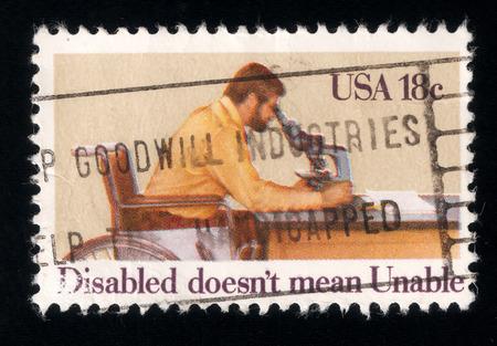 paraplegic: Sello impreso en EE.UU. en 1981 muestra investigador parapl�jico dedicado del A�o Internacional de las Personas con Discapacidad Foto de archivo