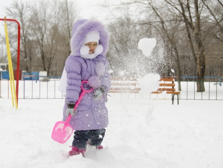 threw:    Four-year-old girl threw herself with snow shovels
