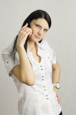 desprecio: El cuestionamiento chica se ve en el cuadro habla por tel�fono Foto de archivo