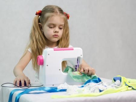 maquina de coser: Chica de coser en la m�quina de coser