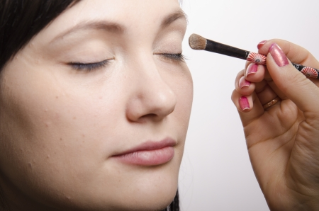parpados: Artista de maquillaje en el proceso de colores de maquillaje modelo p�rpados superior