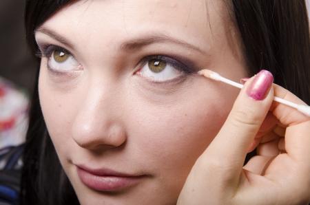parpados: Artista de maquillaje en el proceso de maquillaje de colores p�rpados modelo