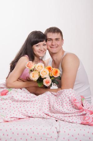 honeymooners: Muchacha hermosa joven que da las flores a un chico joven