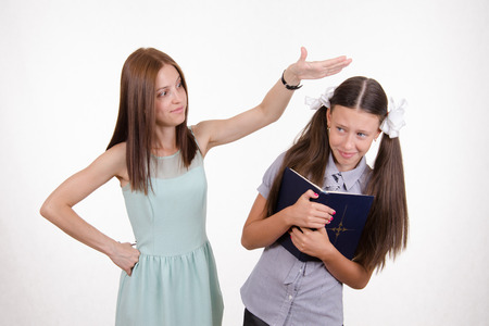 bangs: Teacher bangs his hand on the head and scolds student