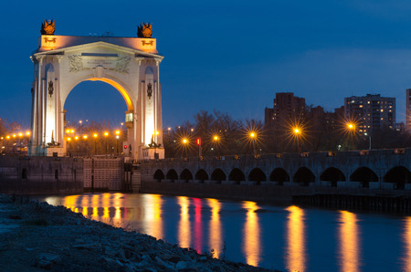 Arch to the pier first gateway of the Volga-Don Canal Lenin, view after sunset Banco de Imagens