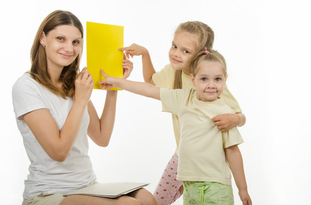 guessing: Mother shows two daughters plain color pictures, checking whether they distinguish colors