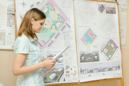 shield: Una estudiante de estilo europeo protege el proyecto de tesis