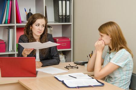 decepcionado: Muchacha hermosa joven en la recepción en el especialista de la oficina