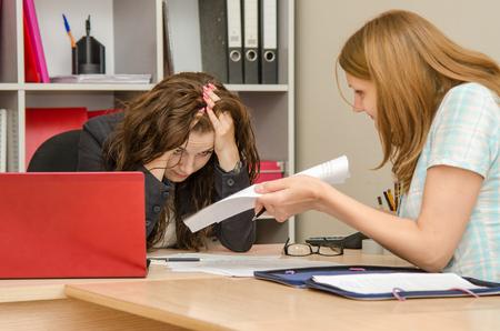 falta de respeto: Muchacha hermosa joven en la recepci�n en el especialista de la oficina