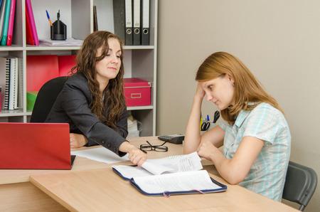 falta de respeto: Muchacha hermosa joven en la recepción en el especialista de la oficina