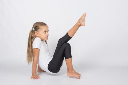 zesjarig meisje aspirant turnster voert een aantal trainingsoefeningen