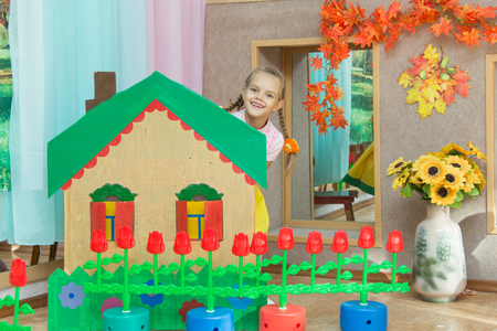 bed skirt: Six-year peeping from behind the scenery holiday country house and a flower bed at the matinee in kindergarten
