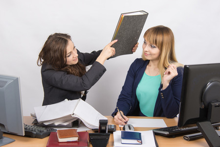 threatens: The girl in the office of a colleague that threatens to hit its folder