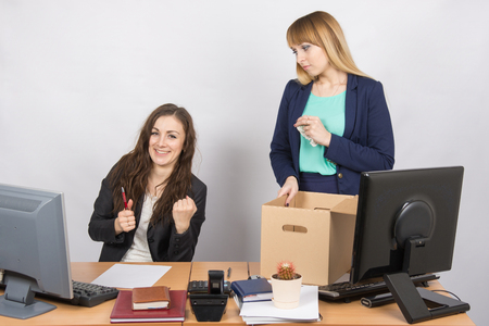 Kantoormedewerker verheugt dat ontslagen collega verzamelt dingen