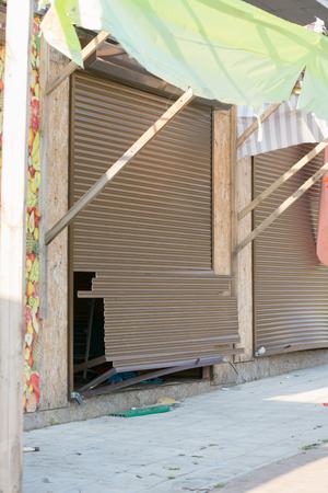 stole: Las persianas rotas en una calle vándalos tienda junto al mar Foto de archivo