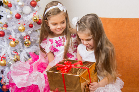 7 year old girl: Girl encourages another girl who gave the wrong gift Stock Photo