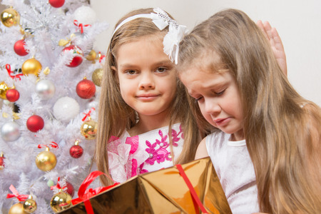 7 year old girl: The girl gave the wrong gift, another girl comforting her