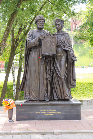 constantin: Sergiev Posad - August 10, 2015: Twenty sculpture dedicated to the Holy Prince Petr and Princess Fevronia Murom installed in Sergiev Posad