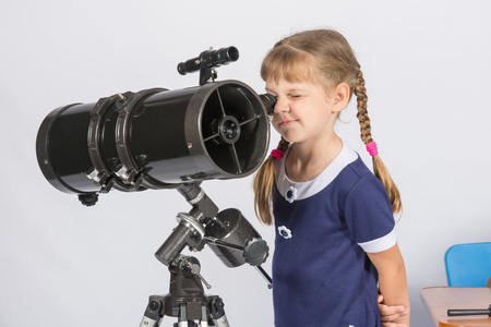 AFICIONADOS: Chica amateur astrónomo mirando las estrellas a través del telescopio