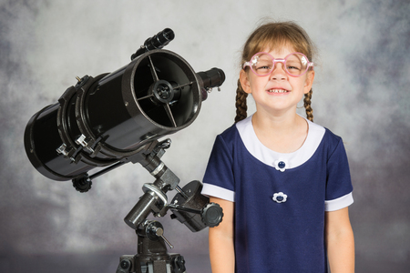 amateur: Chica de lentes astr�nomo aficionado divertido sonriendo de pie por el telescopio Foto de archivo
