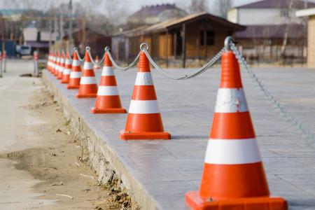 fibra de vidrio: Cercar el territorio de los conos de plástico unidas por una cadena Foto de archivo