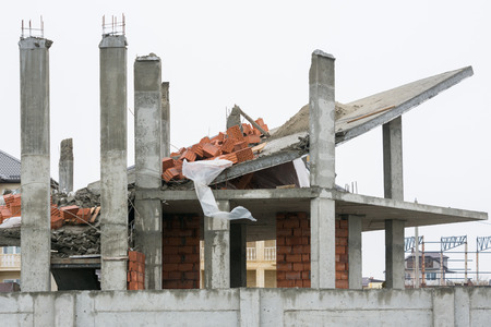 noncompliance: Effects of the use of unreliable supporting structures during the construction of the house