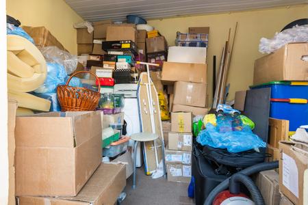 Verhuizen, dingen verpakt in dozen en pakketten liggen in een kleine kamer Stockfoto