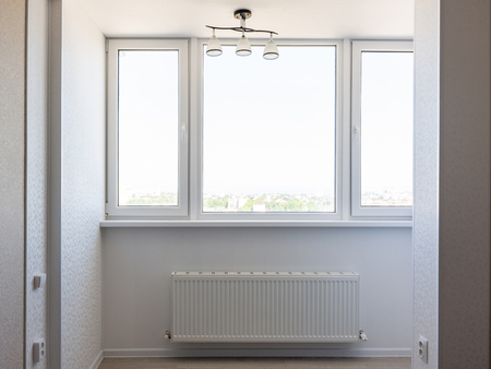 Balcón acristalado en el apartamento.