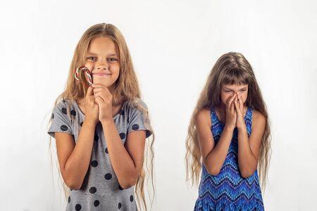 A una chica le dieron una piruleta, a la otra no