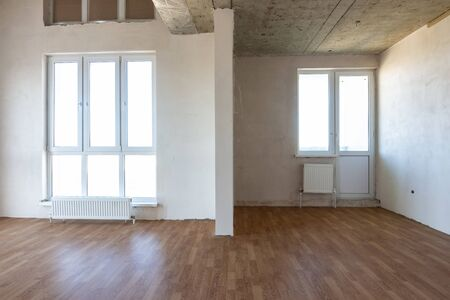 The interior of the empty room with a fine finish and laminated flooring Banco de Imagens
