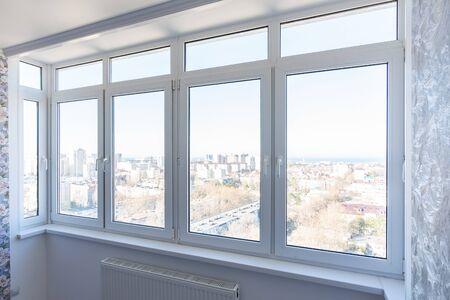 Zicht op nieuwe kunststof ramen in het appartement met nieuwe reparaties