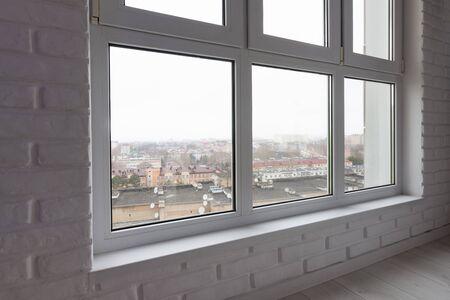 De vensterbank is een close-up van het grote glas-in-loodraam