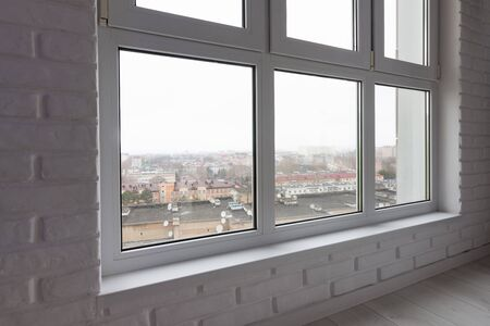 El alféizar de la ventana es un primer plano de la gran vidriera