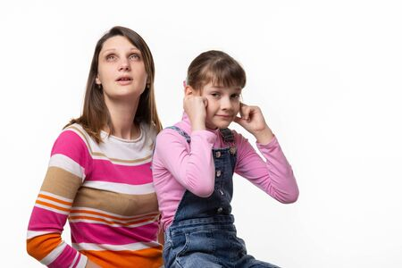 Mom wants to sneeze, daughter plugged her ears with fingers