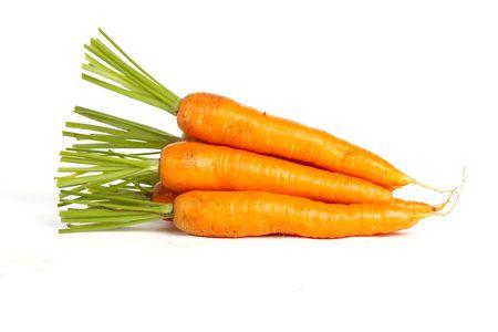 Stapel van wortelen op een witte geïsoleerde achtergrond