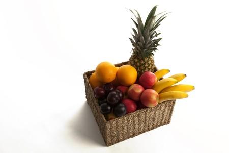 Auswahl der frisches Obst in einem Korb auf wei�er hintergrund isolated Lizenzfreie Bilder
