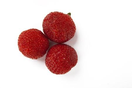 Frische rote Erdbeeren auf wei�em hintergrund isoliert