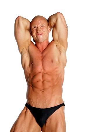 Fit Bodybuilder auf schwarzem Hintergrund isoliert