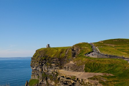 Cliffs of Moher mit Blue Sky in County Clare, Irland