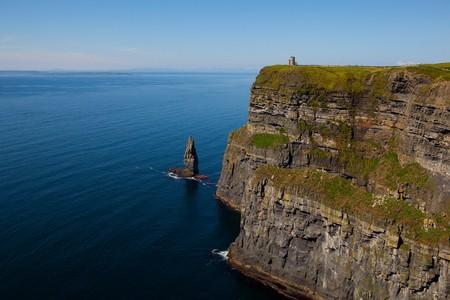 Cliffs of Moher mit Blue Sky in County Clare, Irland  Lizenzfreie Bilder