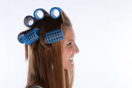 Hausfrau mit Rolls in Her Hair auf wei�er Hintergrund