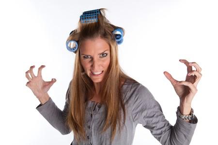 Wütend Hausfrau mit Rolls In Her Hair auf weißer isolierte Hintergrund  Standard-Bild
