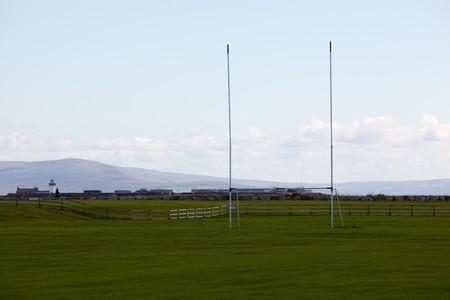 Rugby-Tor On Green Grass With Mountains im Hintergrund