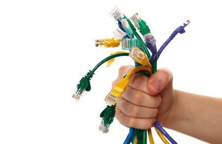 Colorful Internet Kabel auf wei�em hintergrund isoliert Holding H�nde