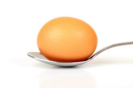 Braun ganzes Ei auf einem L�ffel Isolated On White Background
