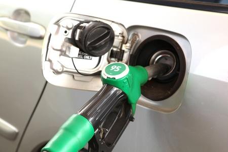 Gr�ne Kraftstoff-D�se In ein Auto-Kraftstofftank