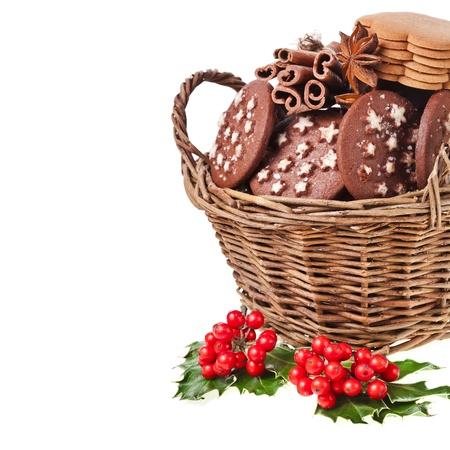 cioccolato natale: natale cesto pieno x-mas cookie su uno sfondo bianco